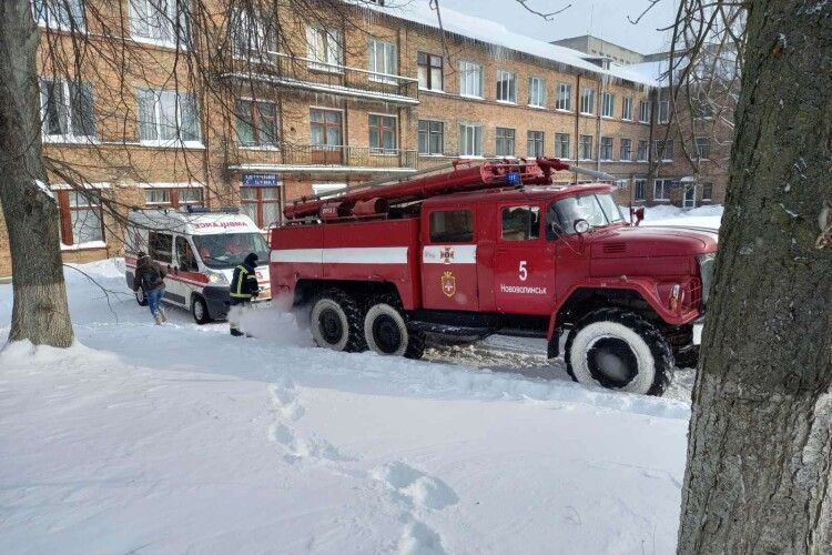 У Нововолинську в снігу застрягла «швидка» із хворим на апараті штучної вентиляції легень