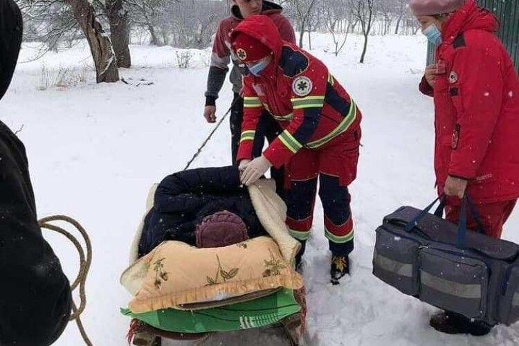 Через сильні замети пацієнтку з інфарктом везли у лікарню на санях (Фото)