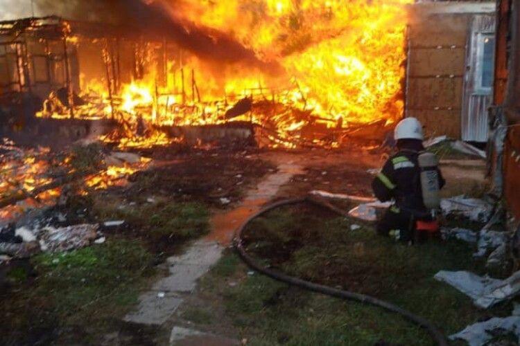 У вогні на українському курорті згоріло 4 будиночки (Фото)