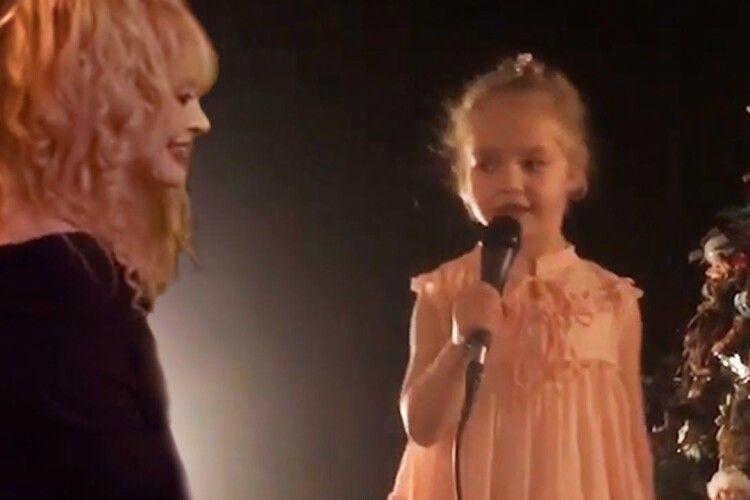 «Мільйон червоних троянд»: 7-річна донька Алли Пугачової переспівала хіт відомої мами (Відео)