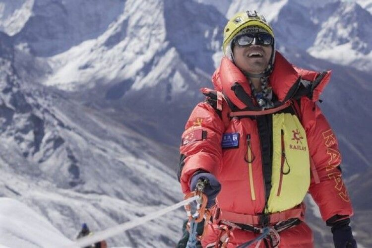 Перший сліпий альпініст піднявся на Еверест