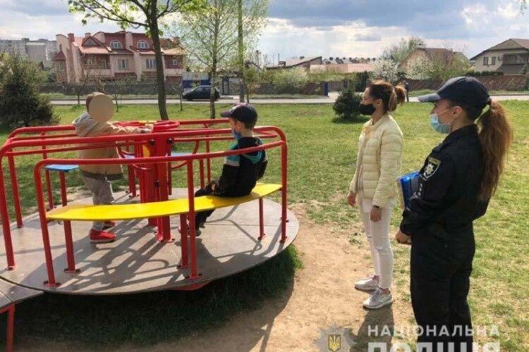 У Рівному поліція не втомлюється ганяти дітей з дитячих та спортивних майданчиків (Фото)