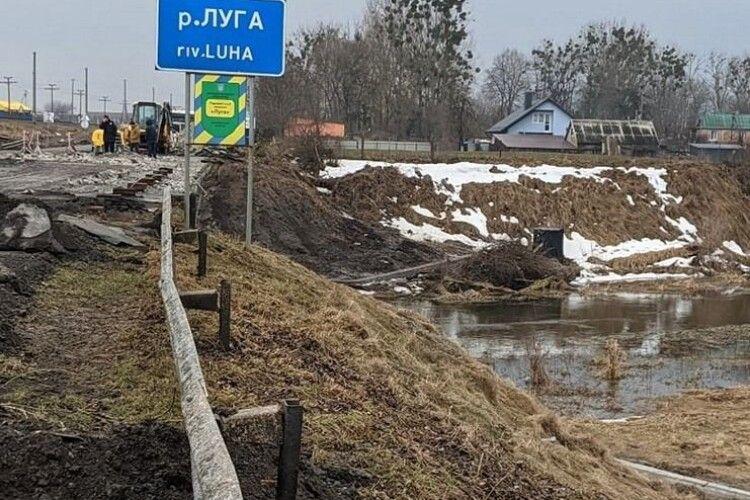 Повідомили, чому обвалилась частина мосту через річку Луга