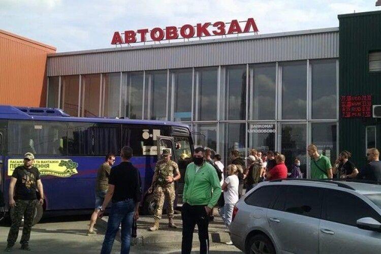 У Луцьку на автостанції учасники АТО викликали поліцію і написали заяву на перевізника, який відмовив в посвідченні вдові загиблого волинянина