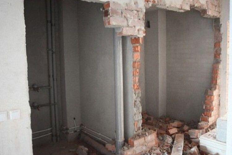 У Росії жінка, яка злякалася інопланетян, розібрала квартиру на цеглинки й спустила в каналізацію