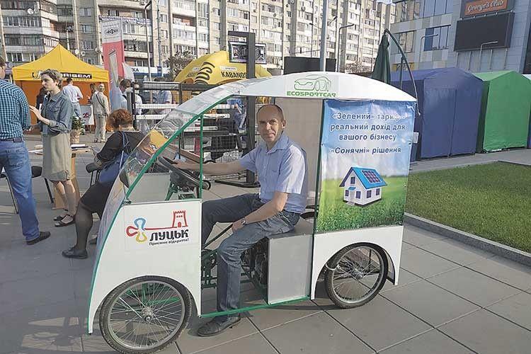 А лучанин Анатолій Харчук уже катається звітерцем насвоєму електровеломобілі!