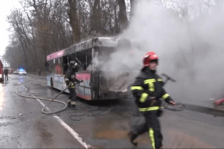 Під час руху загорівся автобус з пасажирами (Відео)
