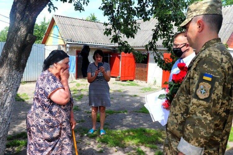 Матері загиблого Героя Юрія Хоміка з Володимира вручили нагороди сина