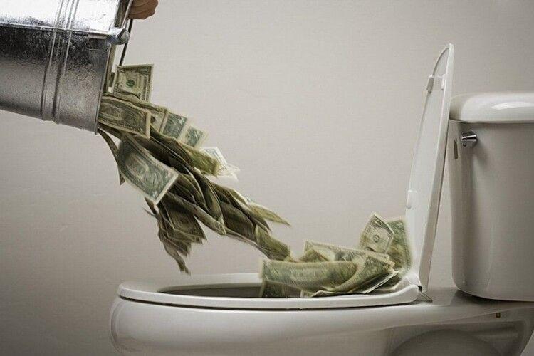«Громадський туалет за вартістю мавзолею»: як гроші українців «злили» в унітази