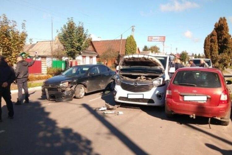 На Рівненщині зіткнулись три автівки
