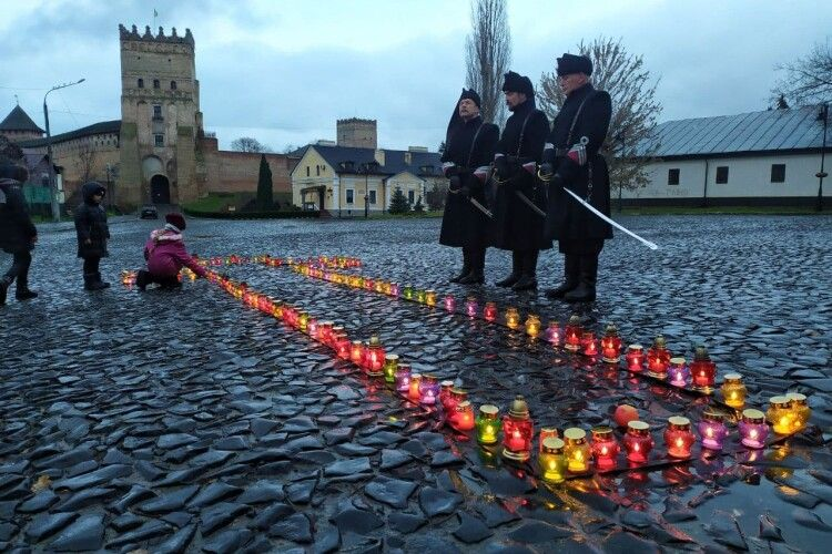 «Збережемо правду, збережемо пам'ять»: у Луцьку молилися за жертв голодомору (Фото, відео)