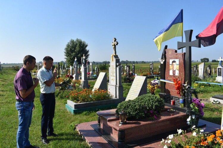 Сьогодні принесли квіти до могили волинського Героя