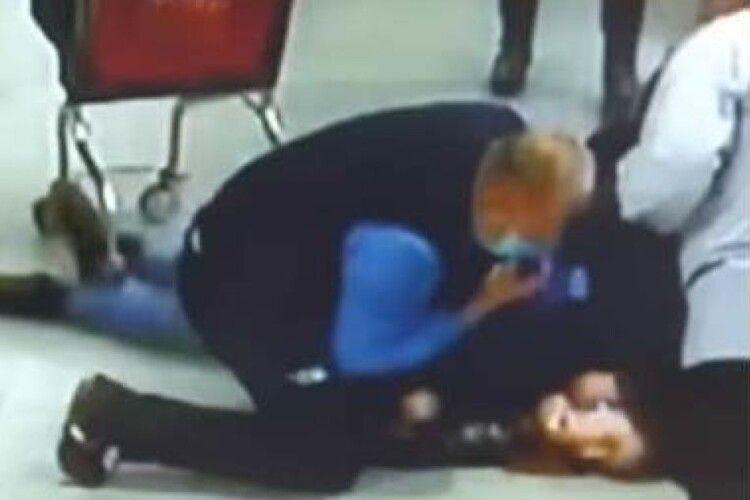 З'явилися судоми і зупинилося серце: охоронці «АТБ» врятували життя дівчині (Відео)