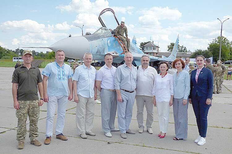 Волинські авіаремонтники подарували вишиванки українським соколятам (Фото, відео)