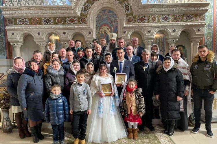 У громаді на Волині видали заміж дівчину, яка виховувалася при монастирі (Фото)