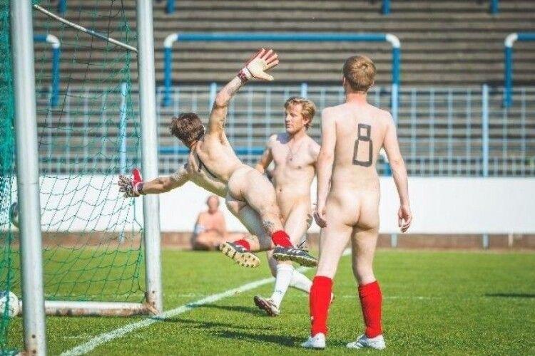 У Німеччині відбувся футбольний матч голяка (Фото 25+)