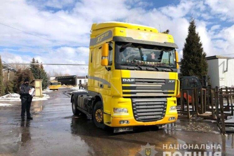 На Рівненщині водій вантажівки відїжджав заднім ходом і наїхав на пішохода