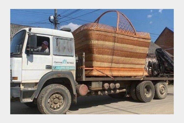 Для величезної паски: на Закарпатті сплели гігантський кошик (Фото, Відео)