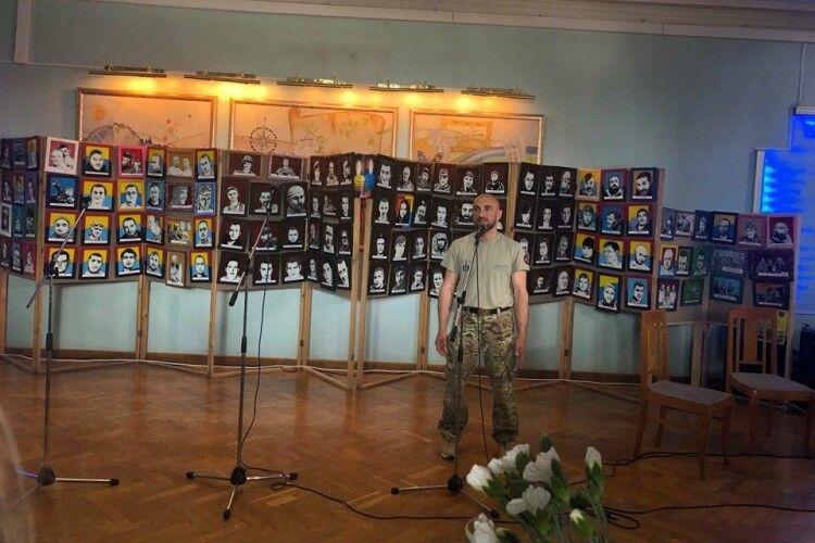 Ветеран АТО, а нині диякон, представить у Луцькому замку виставку портретів зі серії «Айдар»