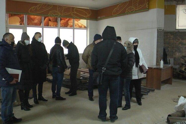 У Луцьку люди проти ремонту приміщення в їхньому будинку, бо тріщать стіни