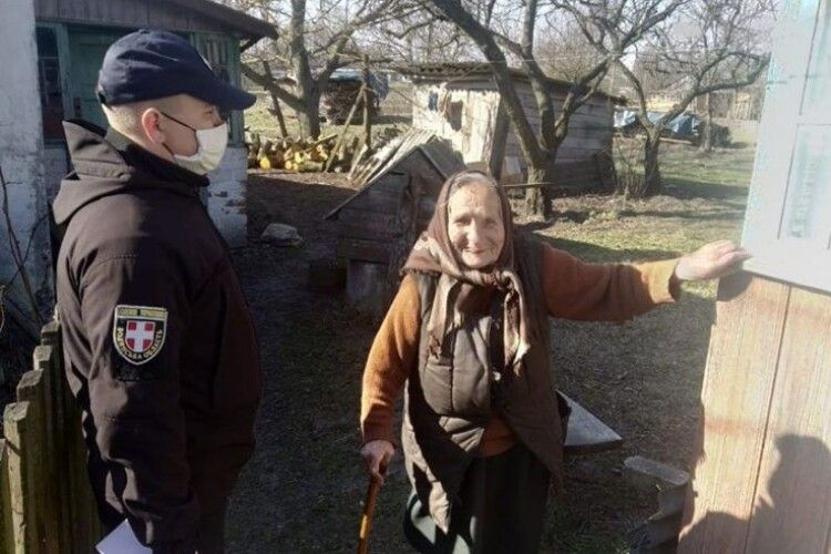 У Любомльському районі поліцейські розказували стареньким, як уберегтися від коронавірусу та шахраїв