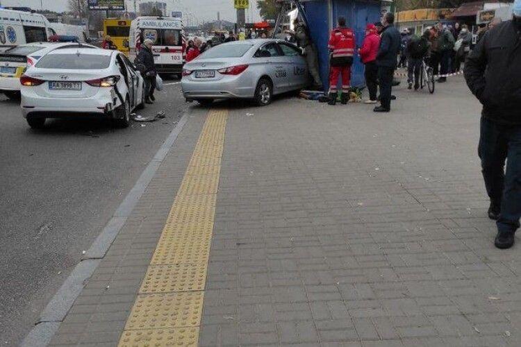 У Києві автомобіль влетів у зупинку: двоє загиблих