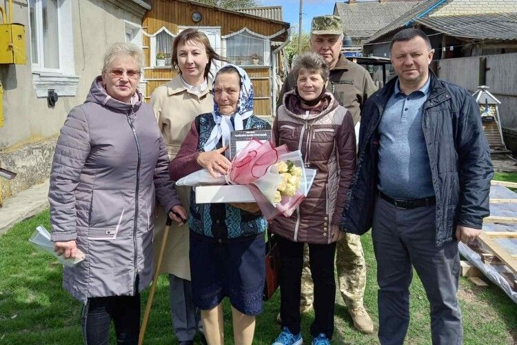 На Горохівщині матерів загиблих героїв привітали місцеві посадовці