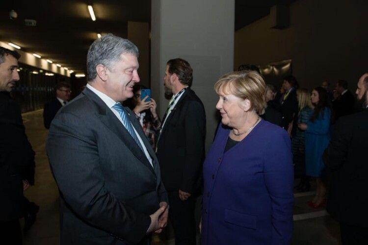 Порошенко попросив Меркель не послаблювати тиск на Росію