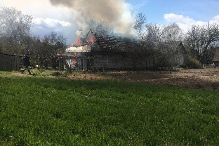 На Маневиччині згоріла дерев'яна хата (Фото, Відео)