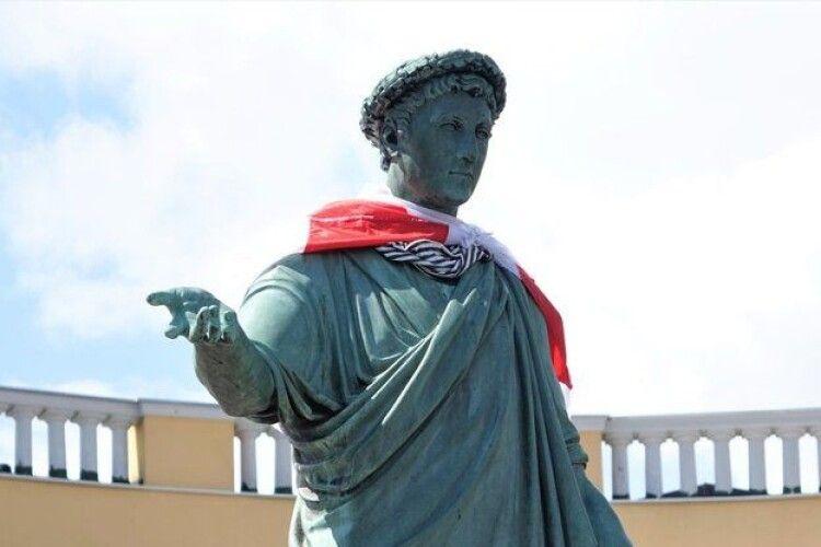 На пам'ятник Дюку в Одесі причепили прапор Білорусі