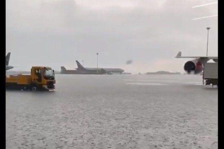 Зливи і смерч: у Москві затопило аеропорт «Шереметьєво» (Відео)