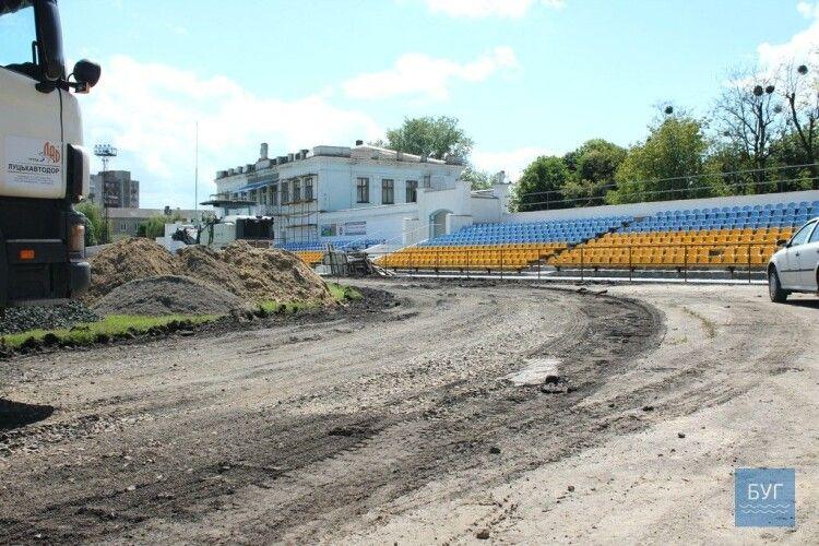 У Нововолинську продовжують ремонтувати бігові доріжки на стадіоні