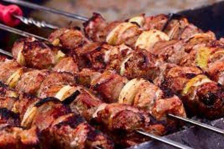 В Україні оголосили «місяць м'яса»: чому на Великдень і травневі свята треба їсти більше шашликів