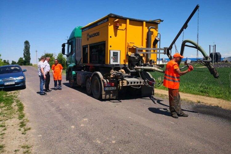 На Волині взялися за ямковий ремонт дороги до «полуничного» села