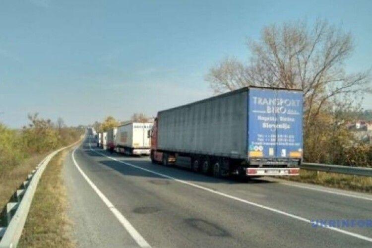 На кордоні зі Словаччиною скупчилося 500 вантажівок