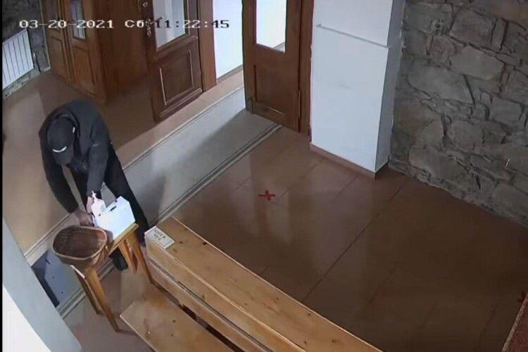 Чоловік обробив руки антисептиком і перехрестився перед тим, як вкрасти гроші в церкві (Відео моменту)