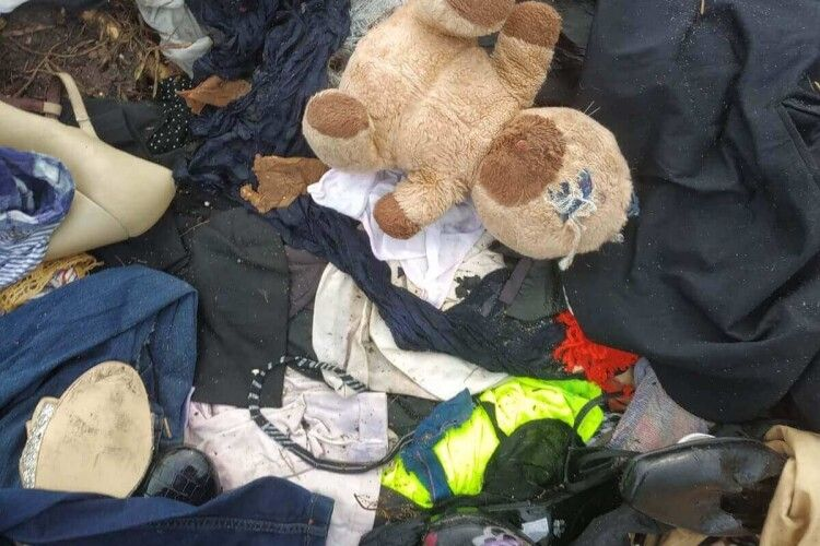 Жах: поблизу Ковеля невідомі викинули просто на поле купи одягу (Фото)