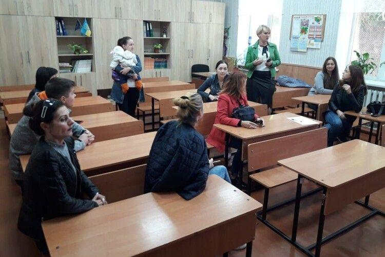 Батьки не пускають дітей до школи, бо ті бояться свою однокласницю (Фото)