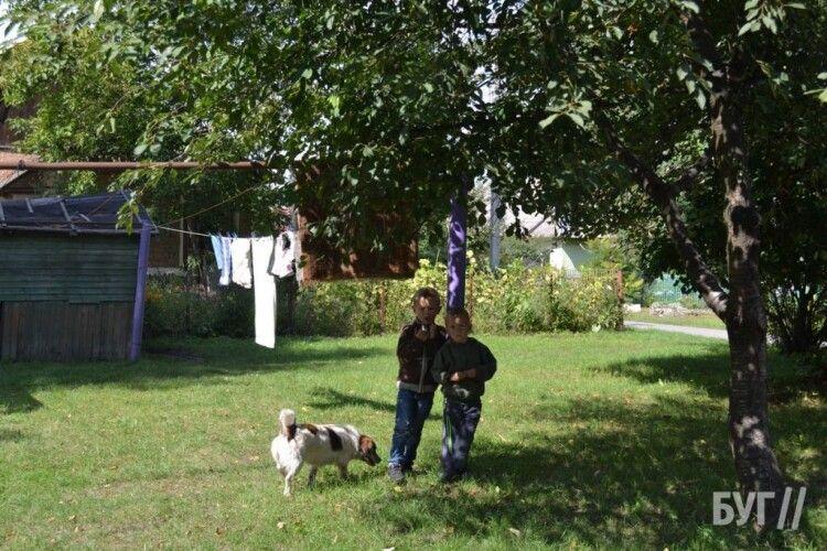 Бігає з ножицями за дітьми: на Волині жителі будинку скаржаться на сусідку