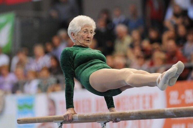 Бабуся в 95 років з легкістю робить професійні трюки на брусах (Фото)