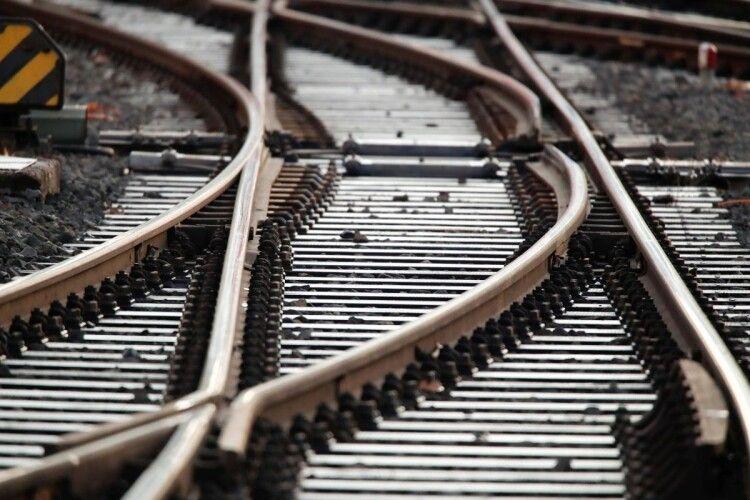 На Волині жінка загинула, коли намагалась пролізти під потягом