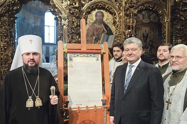 Українська церква відкриває світові обійми, російська— показує дулю