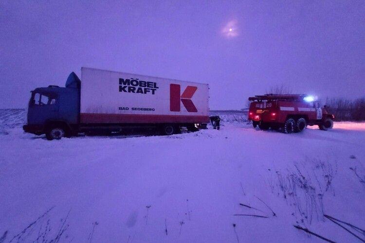 За добу волинські рятувальники вивільнили із снігових заметів 31 транспортний засіб (Відео)