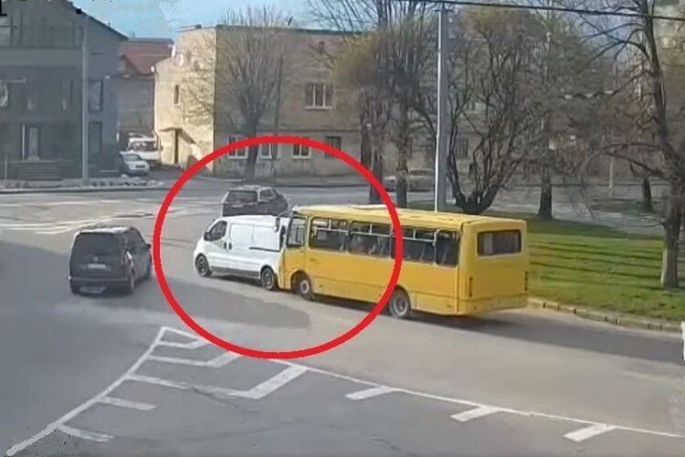 У Луцьку на кільці біля «Променя» маршрутка стукнула легковика (Відео)