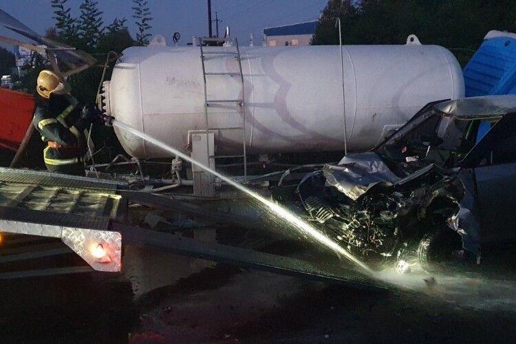 Авто влетіло в газову цистерну на АЗС, є загиблий (Фото)