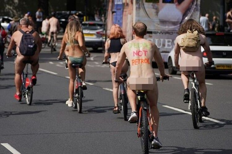 Вулицями Британії каталися сотні голих велосипедистів (Фото)