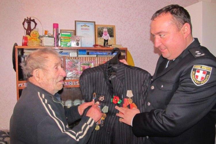 Поліція повернула ветерану вкрадений піджак  із бойовими нагородами