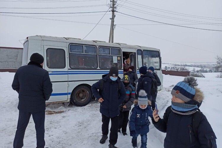 На Волині в сніговому заметі застряг шкільний автобус із 22 дітьми