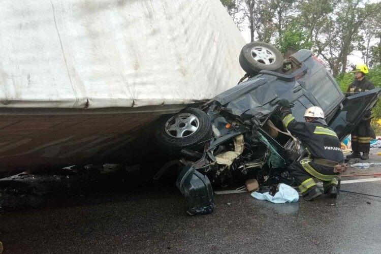 Тіла трьох загиблих в страшній автотрощі вирізали рятувальники (Фото)