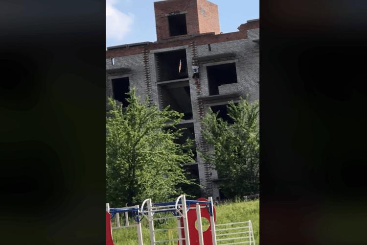 До біди недалеко: у Нововолинську діти по стіні злазили із даху недобудованої багатоповерхівки (Відео)
